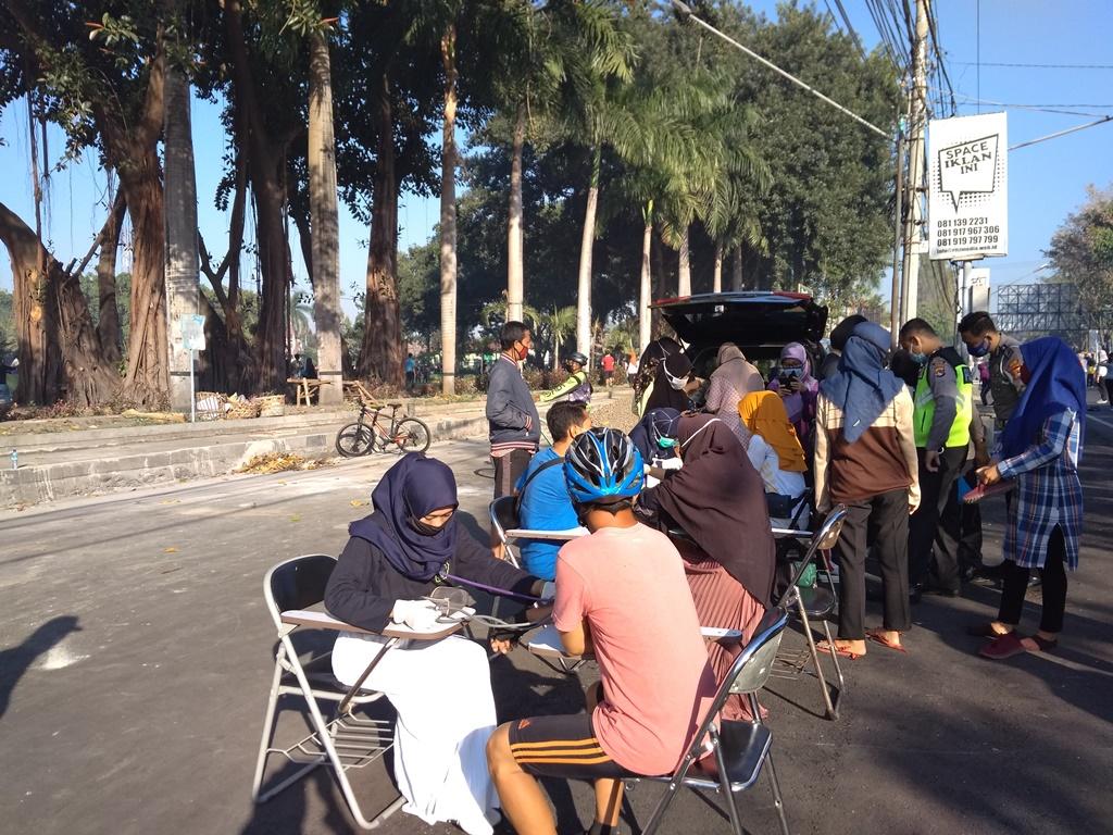 Masyarakat Serbu Pemeriksaan Gratis STIKes Hamzar di CFD Taman Kota Selong